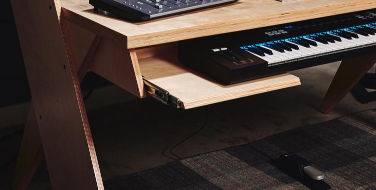 Output PLATFORM - Scrivania per Home Recording e per Producer - fronte - slitta per master keyboard